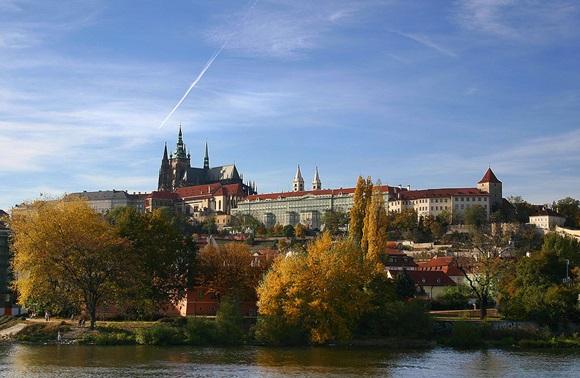 Vista da ponte do Castelo de Praga com árvores à frente Blog Vem Por Aqui