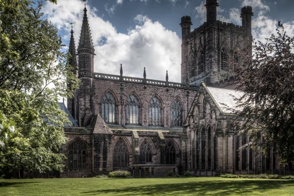 Foto da lateral da catedral, uam das opçoões do que fazer em Chester Blog Vem Por Aqui
