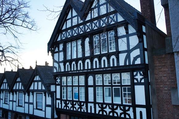 Sequência de prédios em estilo normando na cidade Blog Vem Por Aqui