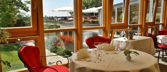 Mesa do restaurante do hotel com vista para a piscina Blog Vem Por Aqui