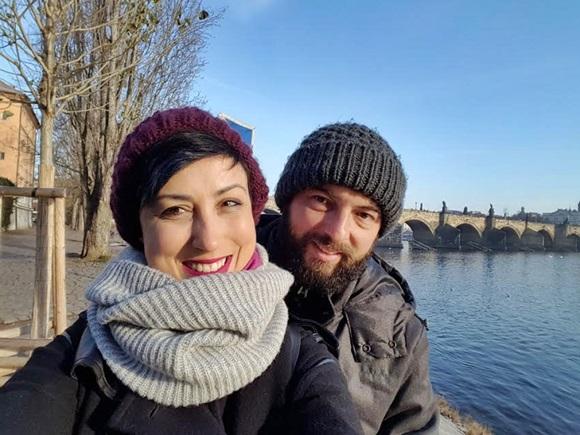 Ana e Paulo na beira de um rio, em Praga Blog Vem Por Aqui