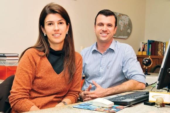 Carolina e Fábio Silva, sentados numa das mesas da HoneyMoon