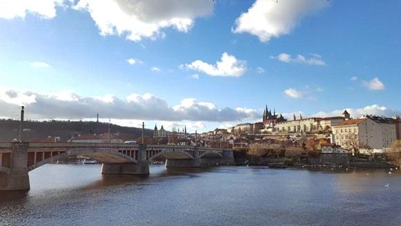Vista da Ponte Carlos com o Castelo de Praga ao fundo Blog Vem Por Aqui