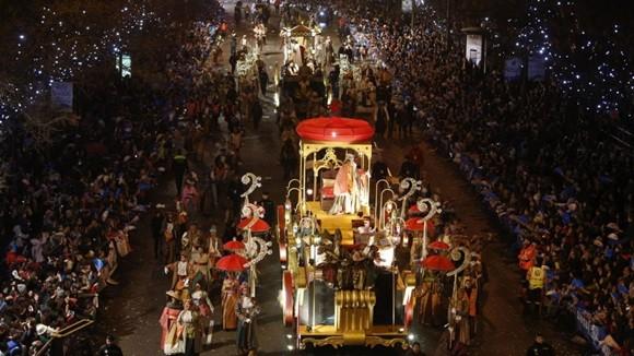 Carro alegórico com os reis magos na procissão de Dia de Reis em Madri Blog Vem Por Aqui