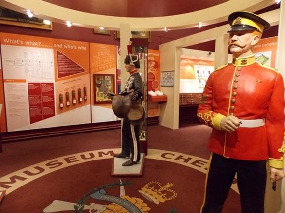 interior do museu militar com dois manequins vestidos com roupas de soldados de diferentes épocas Blog Vem Por Aqui