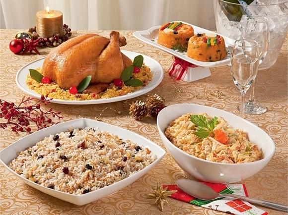 Pratos da ceia natalina do Brasil com peru no meio Blog Vem Por Aqui