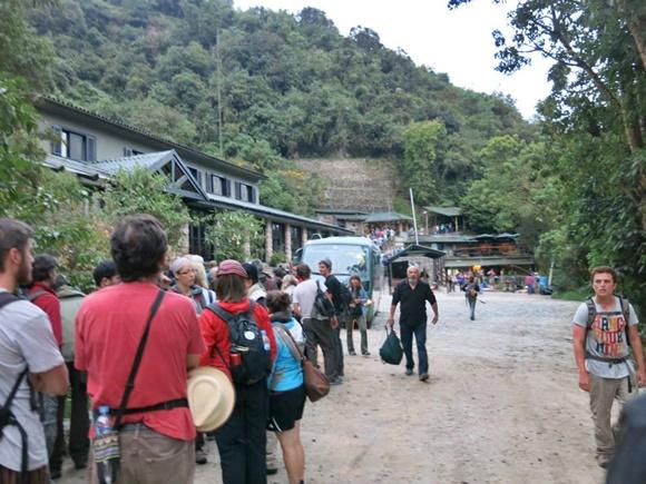 Pessoas esperando em fila para entrar em Machu Picchu Blog Vem Por Aqui