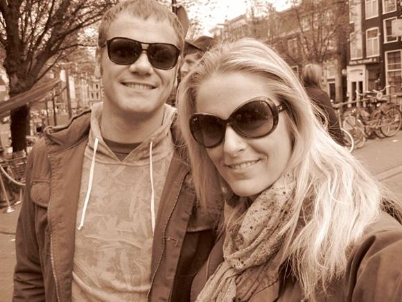 Cássio e Adriana sorrindo numa foto em sépia Blog Vem Por Aqui