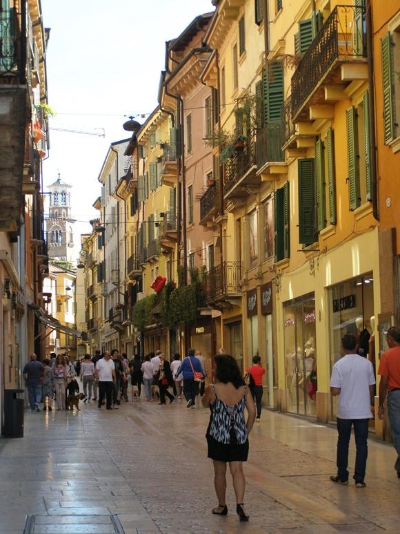 Bete de costas, passeando pelas ruas estreitas de uma cidade italiana Blog em Por Aqui