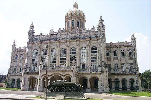 Frente do museu com tanque na frente Blog Vem Por Aqui