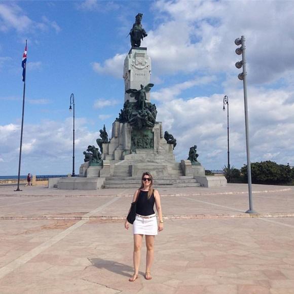 Sana no Malecón, em frente a uma estátua Blog Vem Por Aqui