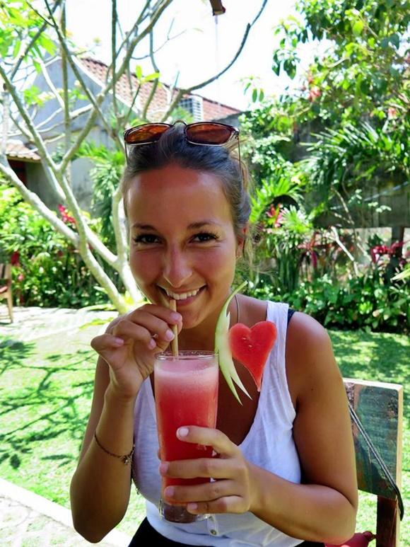 Fanny sorrindo tomando suco de melancia