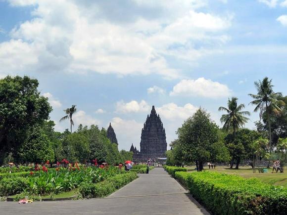 Templo bem ao fundo com jardins dos dois lados Blog Vem Por Aqui