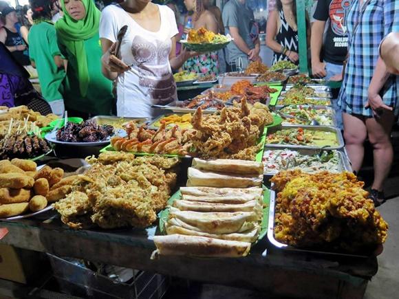 Barraca de rua cheia de comidas em Bali Blog Vem Por Aqui