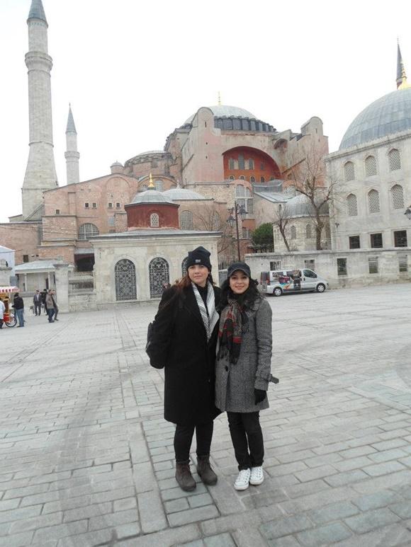 Paula e a amiga em frente a um monumento em Istambul Blog Vem Por Aqui