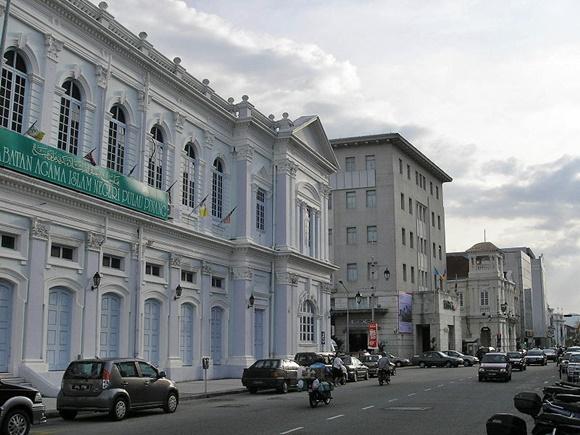 Beach Street, a rua dos banco com um prédio antigo na frente e carros estacionados Blog Vem Por Aqui