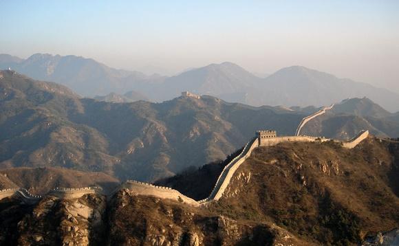 Muralha da China vista à distância passando pelas montanhas Blog Vem Por Aqui