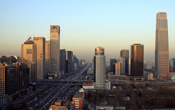 Vista aérea de uma avenida central cheia de carros e prédios na China Blog Vem Por Aqui