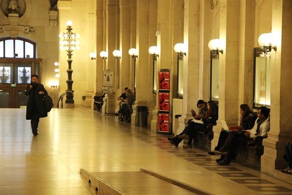 Corredor da Panthón-Sorbonne, alunos sentados nos bancos da lateral e outro caminhando Blog Vem Por Aqui