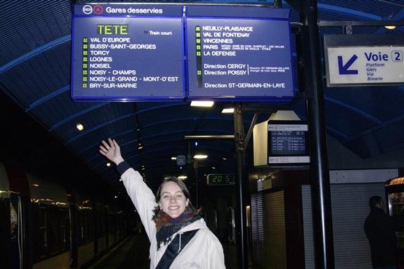 Maria Tereza numa estação de trem em Paris Blog Vem Por Aqui