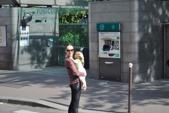 Maria Teresa sorrindo com o bebê no colo Blog Vem Por Aqui