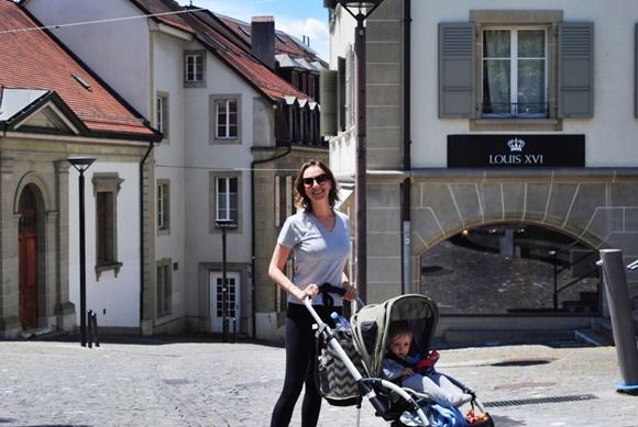 Maria Teresa com o carrinho e o bebê sentando, atrás uma mochila pendurada Blog Vem Por Aqui