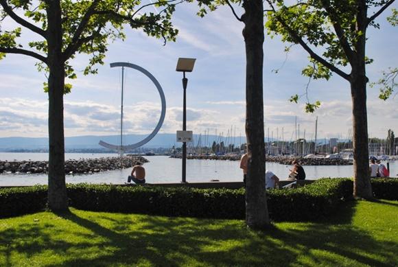 Parque em frente ao rio com pessoas sentadas nos bancos Blog Vem Por Aqui