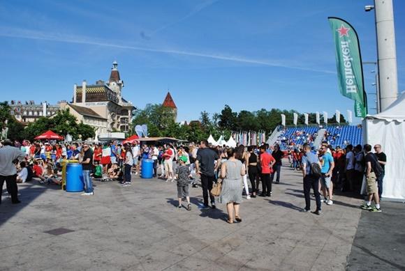 Pessoas andando no local de uma fanfest durante a Eurocopa Blog Vem Por Aqui