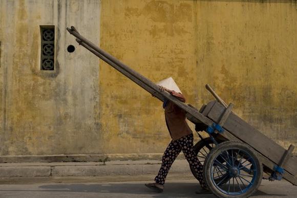 Pessoa puxando uma carroça em Hoi An Blog Vem Por Aqui