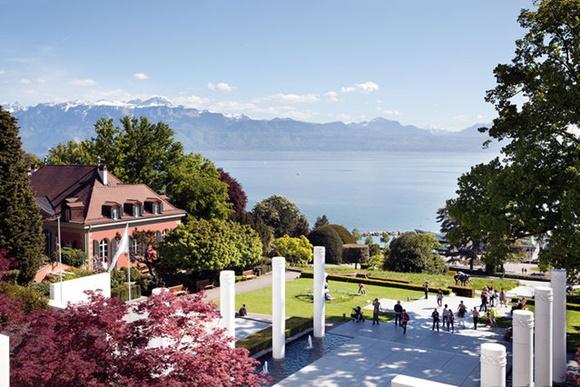 Vista do alto da parte externa do parque com montanhas e lago ao fundo Blog Vem Por Aqui