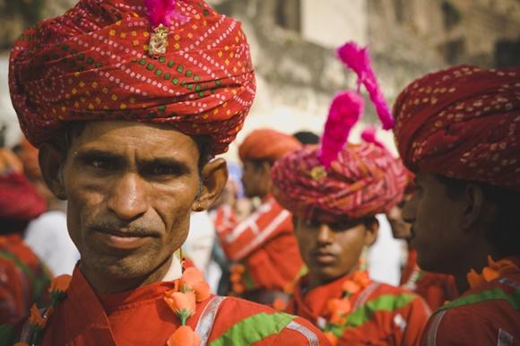 Homens com trajes típicos coloridos e turbantes Blog Vem Por Aqui