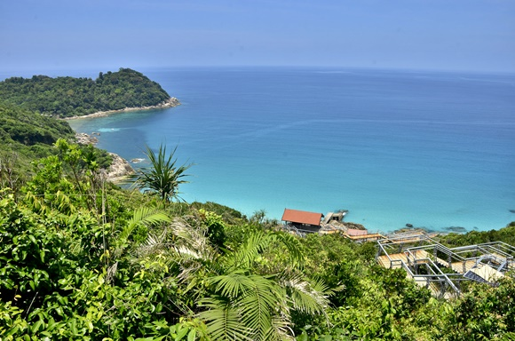Vista da praia do alto com floresta e mar azul Blog Vem Por Aqui