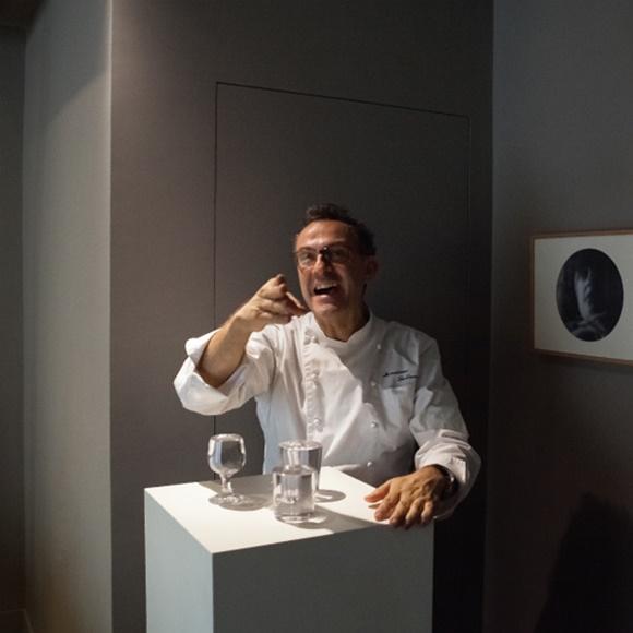Massimo Bottura apontando e rindo Blog Vem Por Aqui