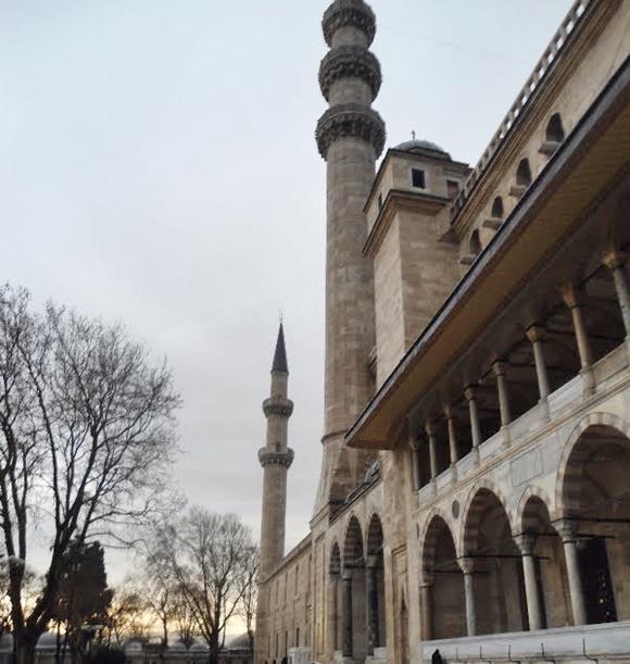 Lateral da mesquita com torre alta Blog Vem Por Aqui