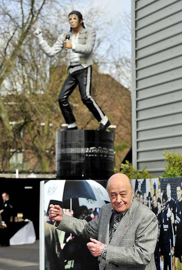 Mohamed Al-Fayed em frente à estátua
