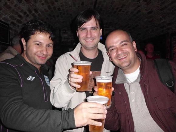 Mário, Roberto e Fred brindando com uma pint de cerveja Blog Vem Por Aqui