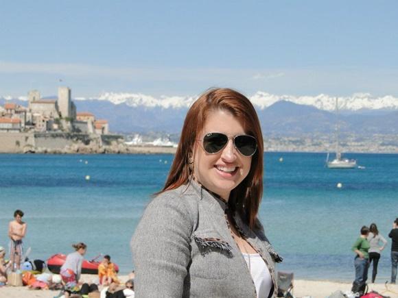Érika Gimenes com a cidade e os alpes ao fundo