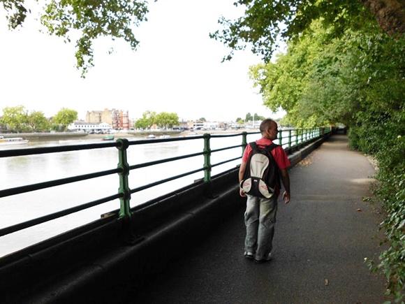 Fred caminhando no parque que leva ao estádio Blog Vem Por Aqui