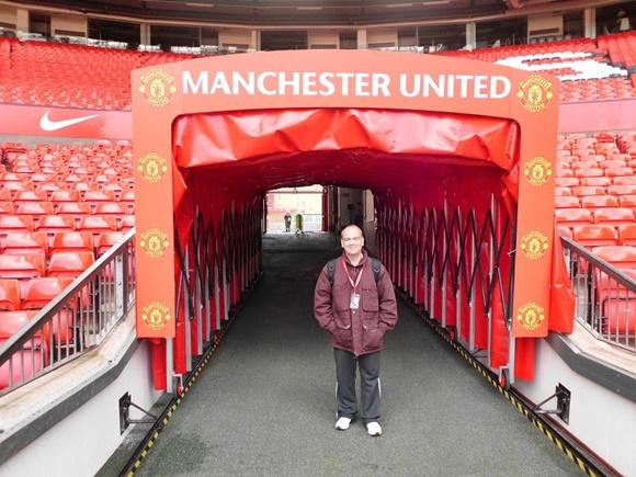 Fred na entrada do túnel com a nome do clube acima e o escudo repetido várias vezes do lado Blog Vem Por Aqui