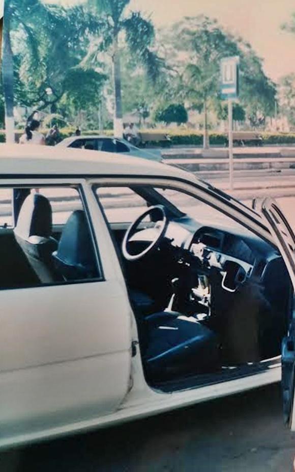 Carro com a porta aberta e um buraco do lado direito do painel, onde era o volante Blog Vem Por Aqui