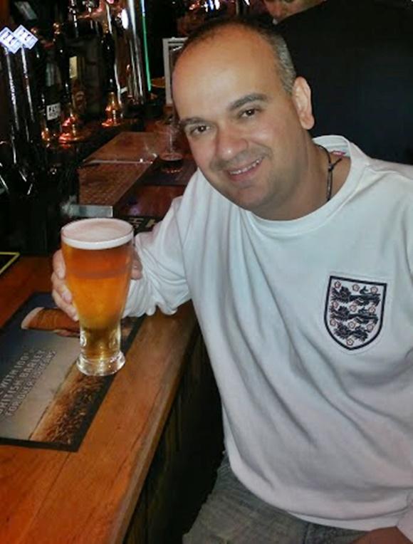Fred com uma pint de cerveja no balcão de um pub Blog Vem Por Aqui