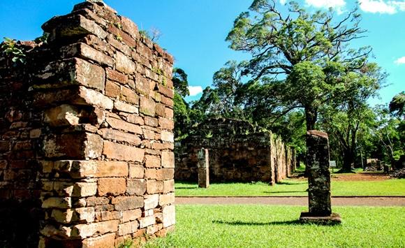 Muro de tijolos e árvores nas ruínas de San Ignacio