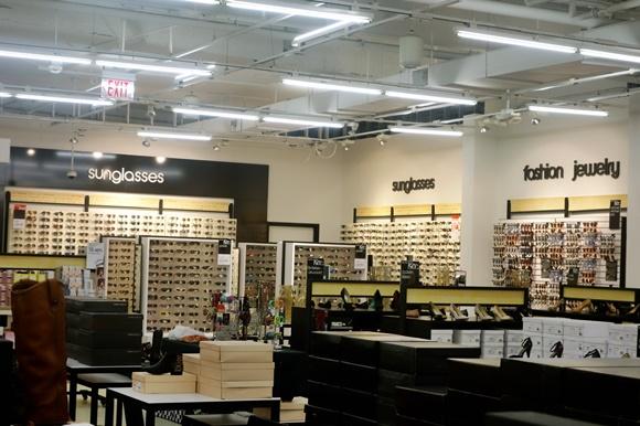 Interior da loja Bloomingdale's do Sawgrass Mills com paredes de óculos ao fundo e dos lados e caixas de sapato na frente Blog Vem Por Aqui