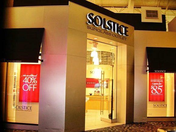 Fachada da Solstice com cartazes anunciando 40% Off e 2 por US$ 85