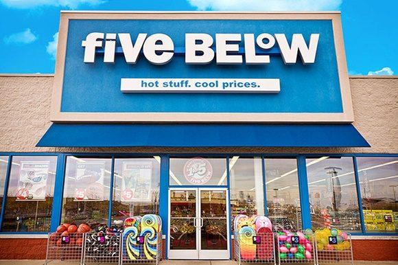 Fachada da Five Below com grande letreiro com o nome e a frase Hot Stuff. Cool Price. Blog Vem Por Aqui