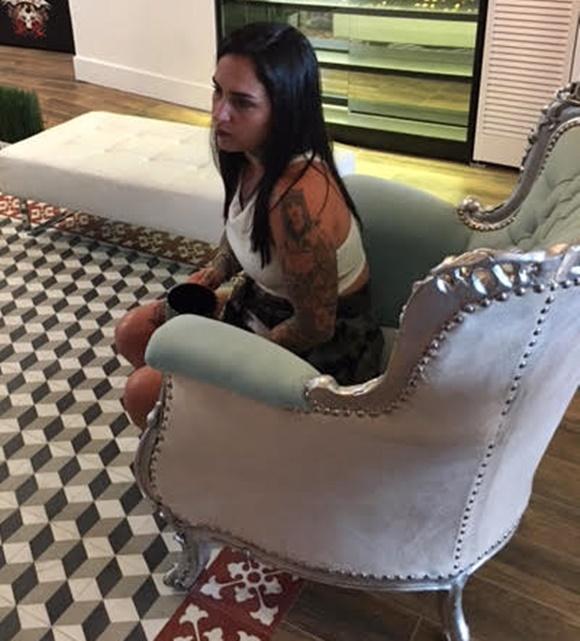 Marília sentada no sofá de lado, dando entrevista Blog Vem Por Aqui