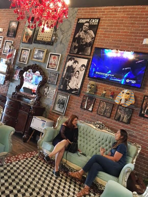 Érika sentada no sofá entrevistando Marcelle Blog Vem Por Aqui