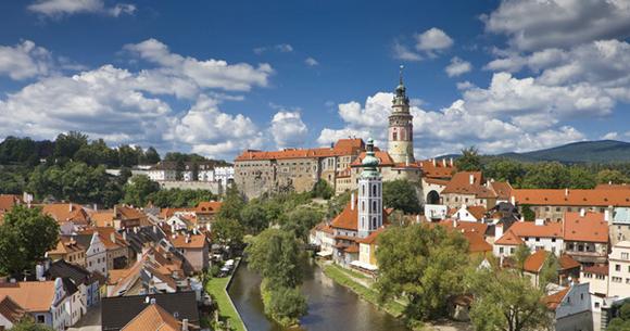 Vista panorâmica da cidade com castelo ao fundo e rio ao meio Blog Vem Por Aqui