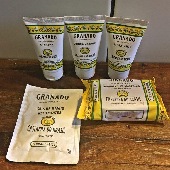 Conjunto em cima da pia com saia de banho, shampoo, condicionador, hidrante e sabonete Granado Blog Vem Por Aqui