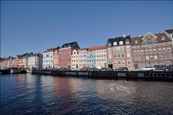 Casas coloridas na beira do rio em Copenhague